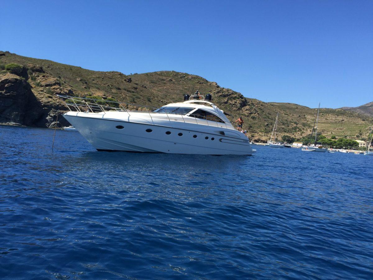 Yacht blanc sur l'eau