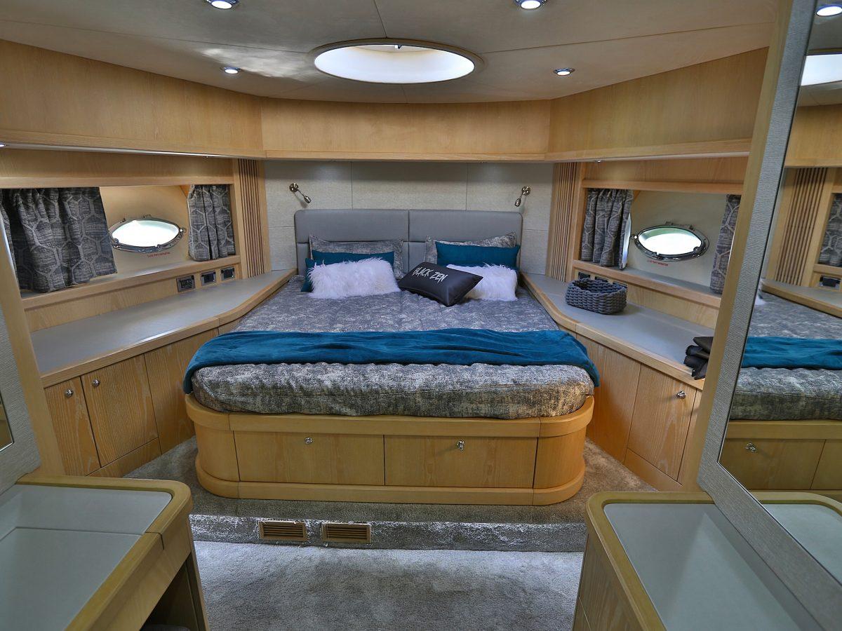 chambre vip avec lit king size dans un bateau