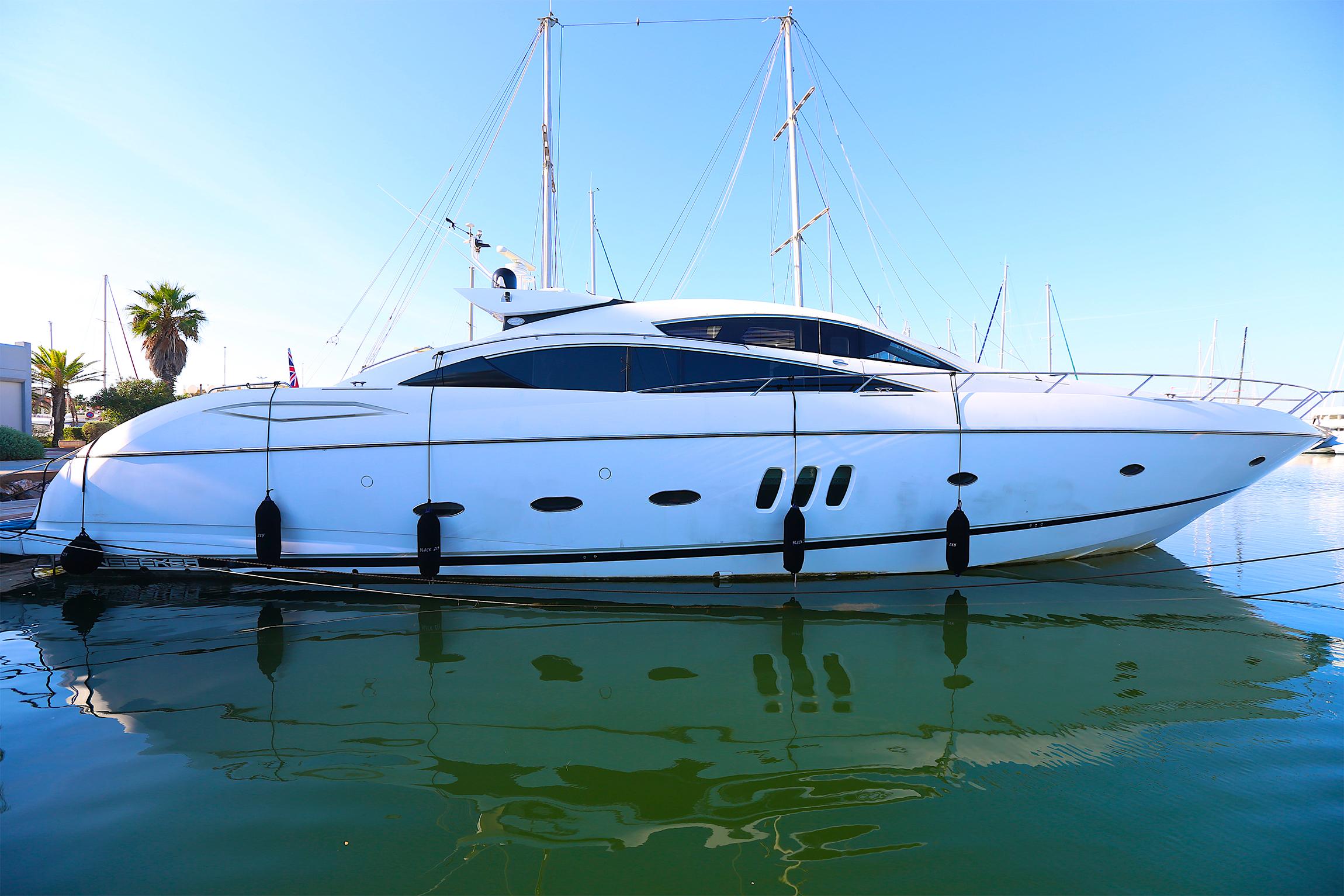 yacht blanc dans un port