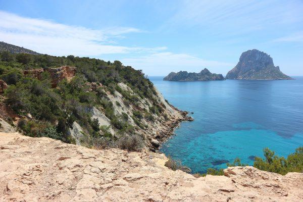 falaise de l'île d'Ibiza avec une eau turquoise