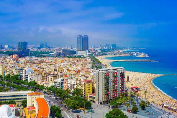 ville de barcelone avec la plage et la mer