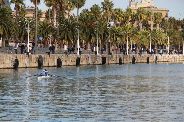 port de barcelone, avec des personnes qui se promène