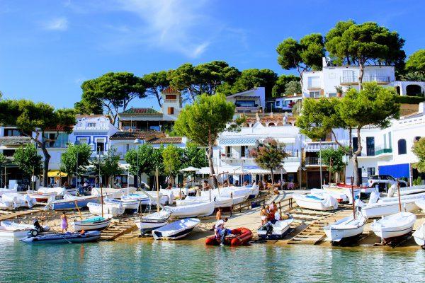 maison blanche et des bateau blanc sur une plage