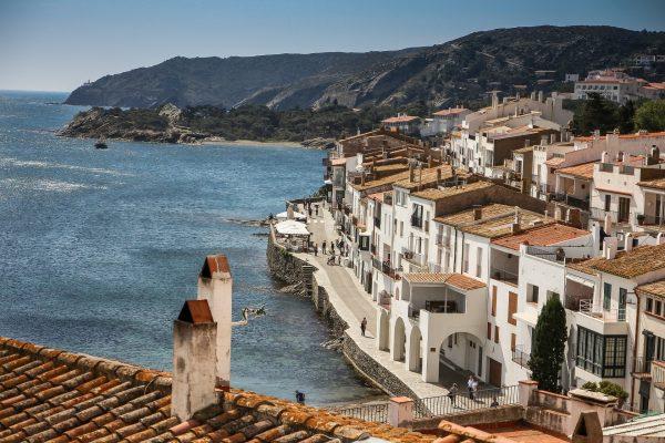 village au maison blanches en Espagne avec des falaise et la mer