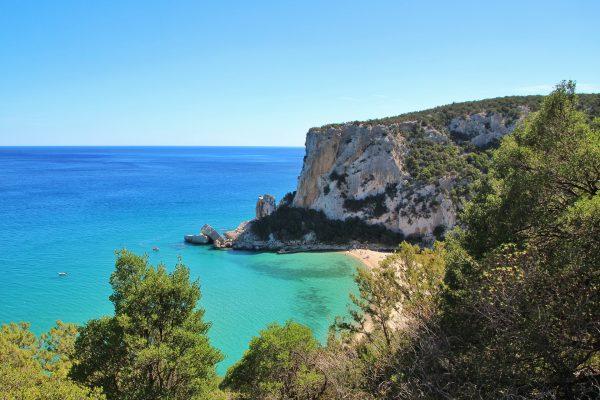 plage de Sardaigne avec une falaise et un eau turquoise