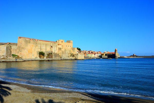 Collioure village dans le 66, en bord de plage et le sable