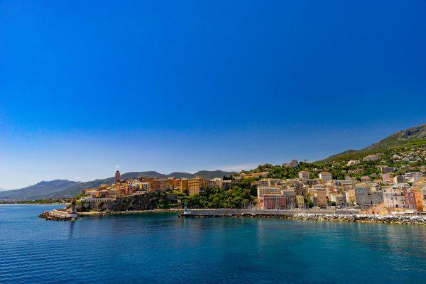 village de Corse en bord de mer avec un port pour les bateaus