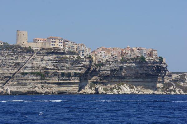 village sur une falaise en Corse et la mer