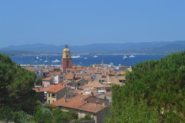 ville saint-Tropez avec la mer et des bateaux