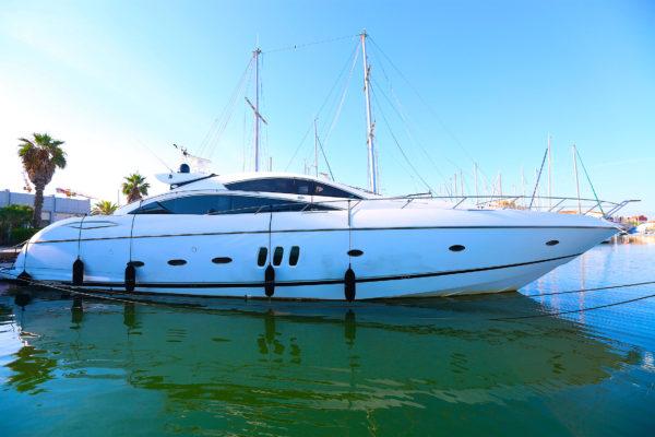 yacht blanc au port